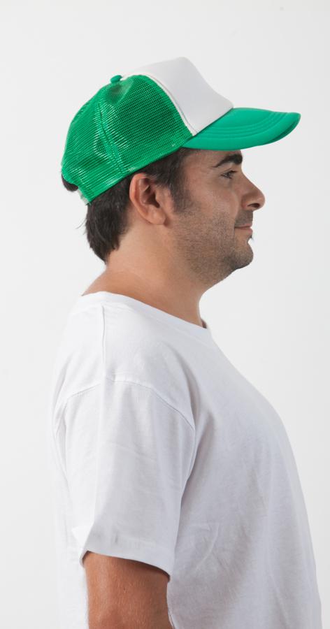 כובע רשת וחולצת טריקו